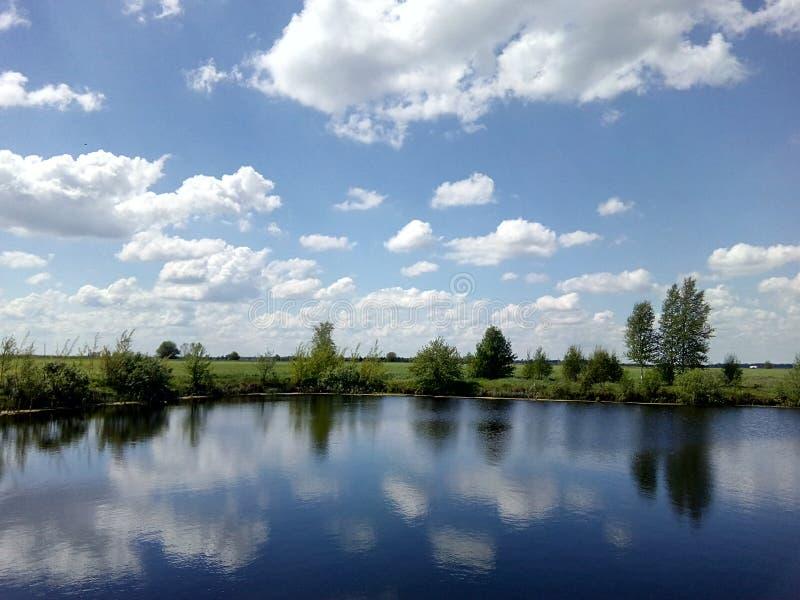 Lac et nuage photo stock