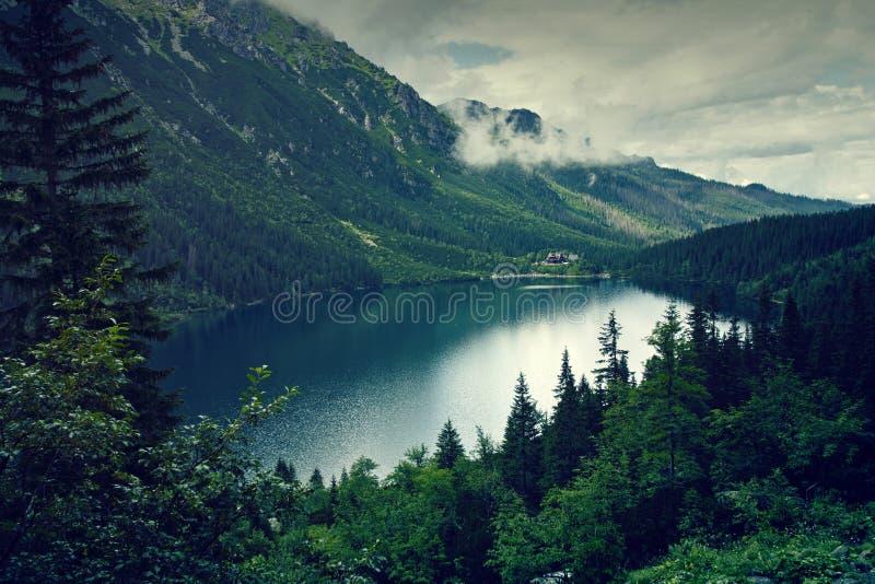 Lac et nuages mountain photo stock