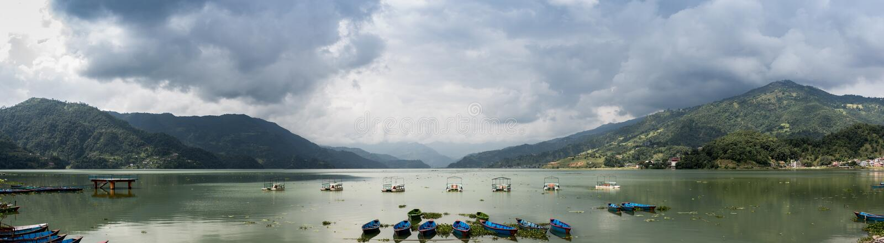 Lac et panorama de montagnes photos libres de droits