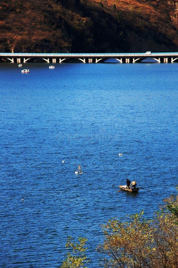 Lac et passerelle images stock