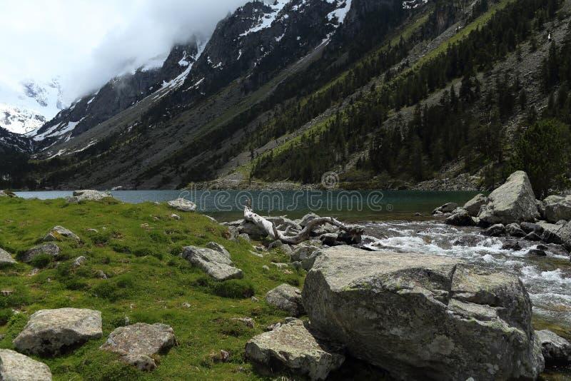 Lac et Pyrénées Gaube image stock