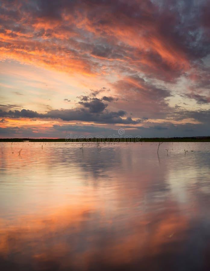 Lac et réflexion sur la surface de l'eau photos stock