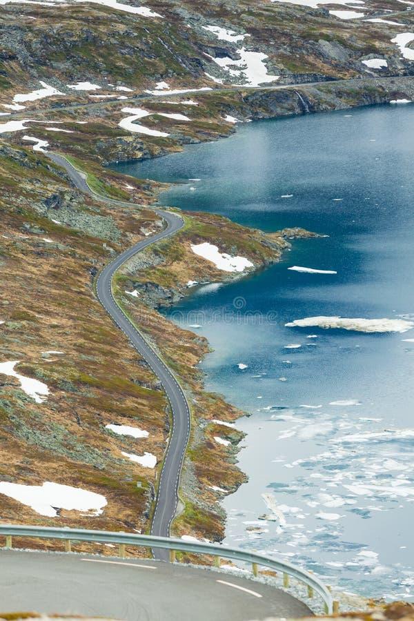 Lac et route Djupvatnet ? la montagne Norv?ge de Dalsnibba photos stock