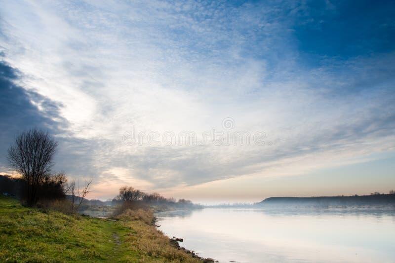lac excessif de regain au-dessus de ciel image libre de droits