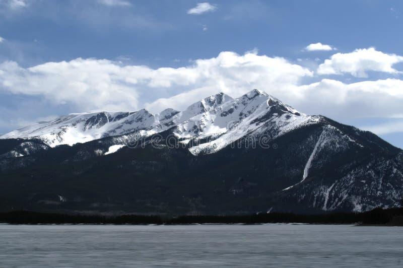 Download Lac figé image stock. Image du horizontal, nature, ressort - 730033