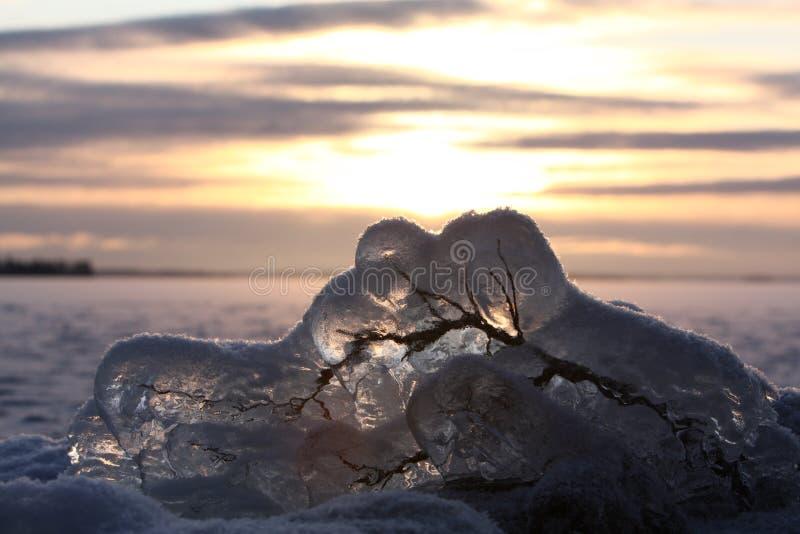 Download Lac Figé Au-dessus De Coucher Du Soleil Photo stock - Image du foncé, saison: 8651728
