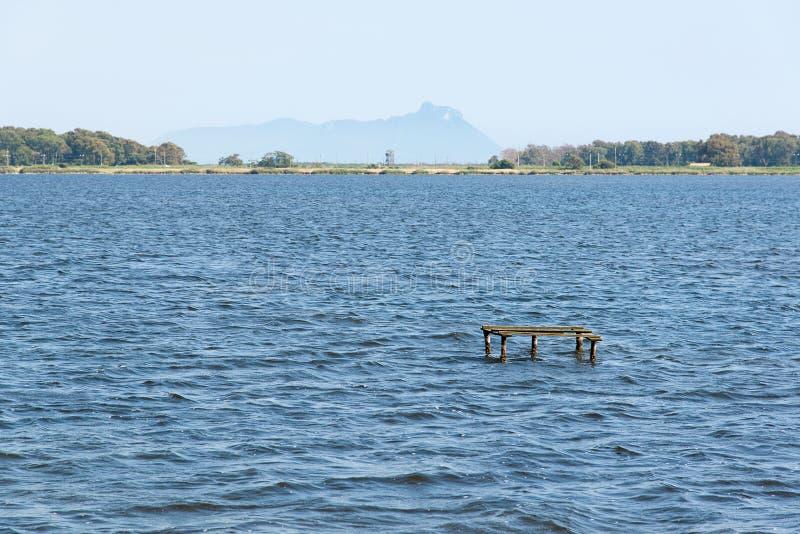 Lac Fogliano avec des vues de San Felice Circeo photo libre de droits