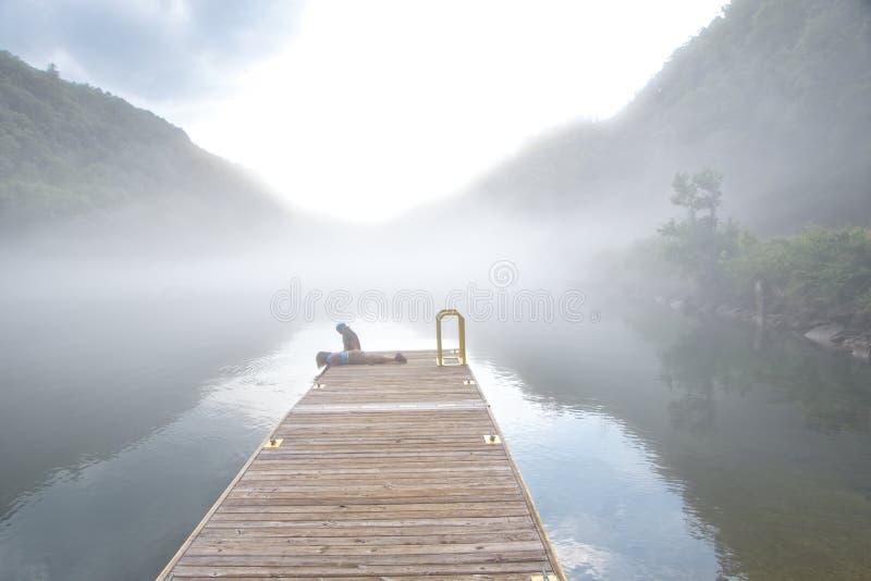 Lac Fontana, la Caroline du Nord covering de brouillard image stock