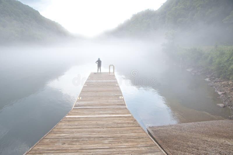 Lac Fontana, la Caroline du Nord covering de brouillard image libre de droits