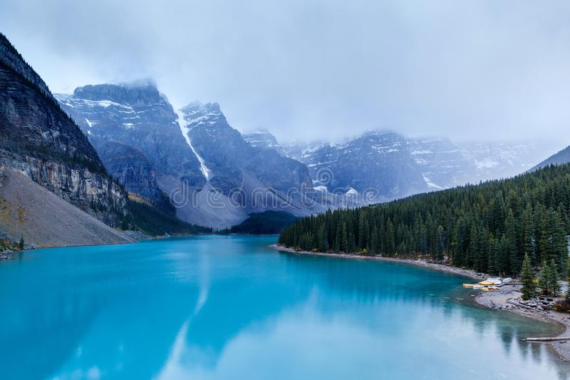 Lac froid et brumeux moraine au parc national de Banff photographie stock