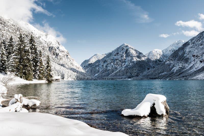 Lac froid idyllique au paysage de montagne de neige image stock