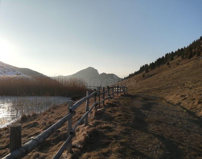 Lac glacé dans la montagne avec vue sur le soleil photographie stock libre de droits