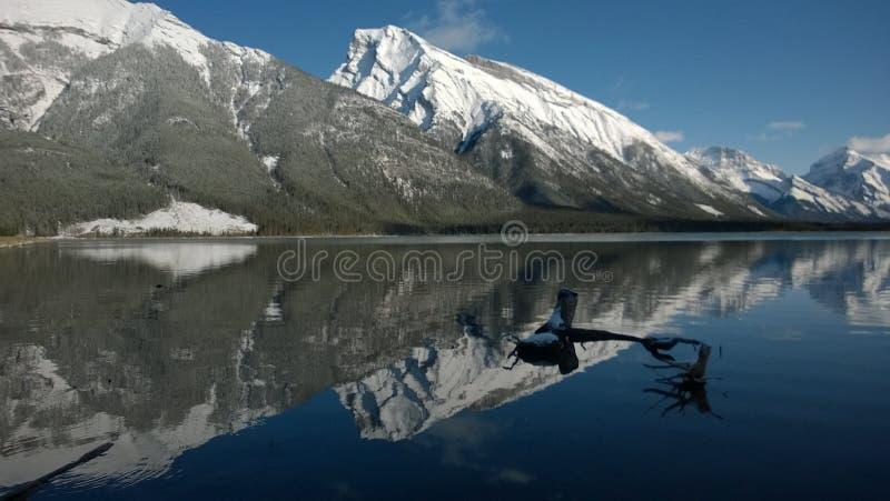 Lac glaciaire et montagnes image libre de droits