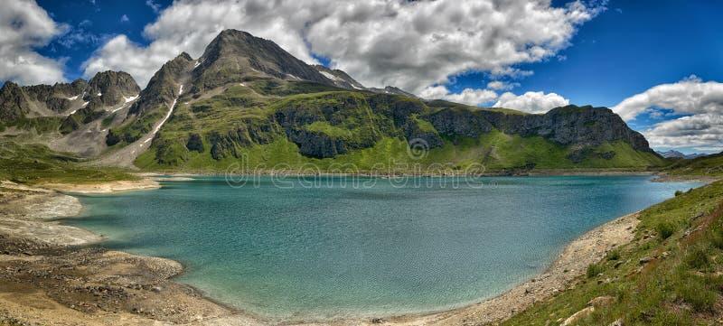 Lac glaciaire mountain dans un grand paysage photos stock