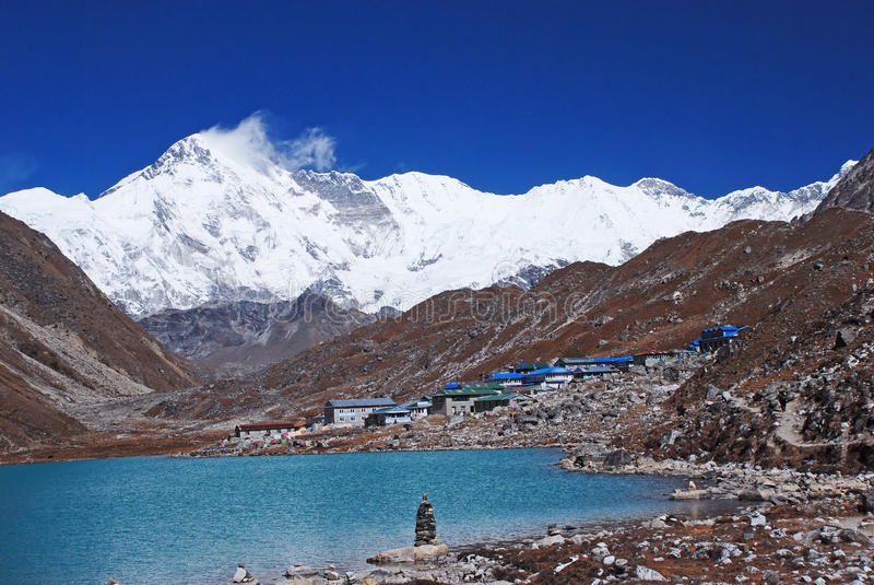 Lac Gokyo et village, Himalaya, Népal photo stock
