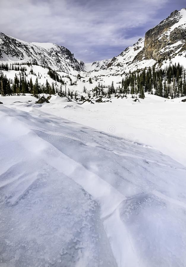 Lac Haiyaha pendant l'hiver situé dans Rocky Mountain National Park images stock