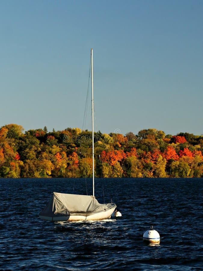 Lac Harriet Sail Boat contre Autumn Foliage coloré image libre de droits