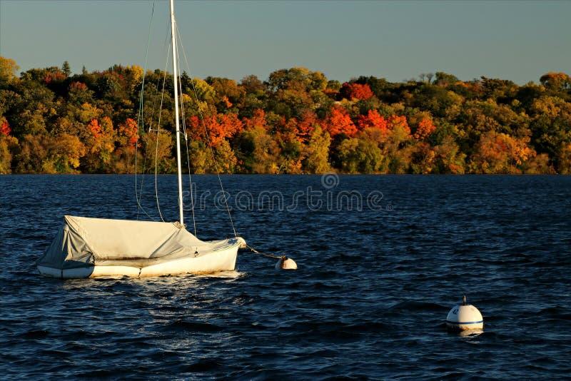 Lac Harriet Sail Boat contre Autumn Foliage coloré images libres de droits