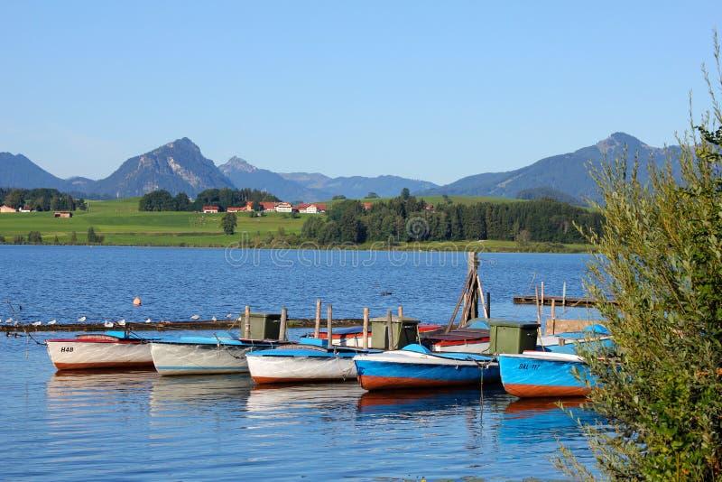 : Lac Hopfensee avec des vues scéniques des Alpes d'Allgau et de Tirol image stock