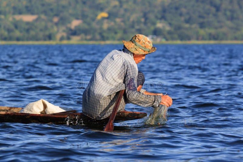 Lac Inle, Myanmar, le 20 novembre 2018 - pêcheurs authentiques travaillant vérifiant leurs filets sur les eaux du lac Inle photo stock