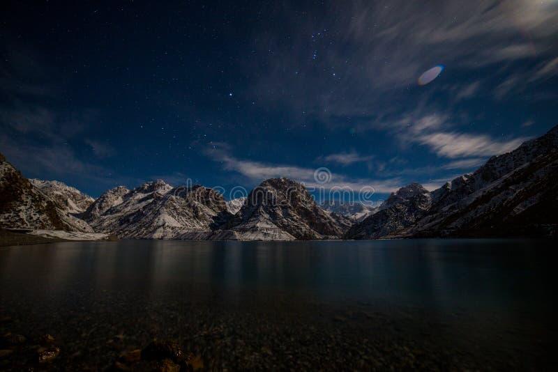 Lac Iskanderkul d'hiver, montagnes de Fann, le Tadjikistan photographie stock