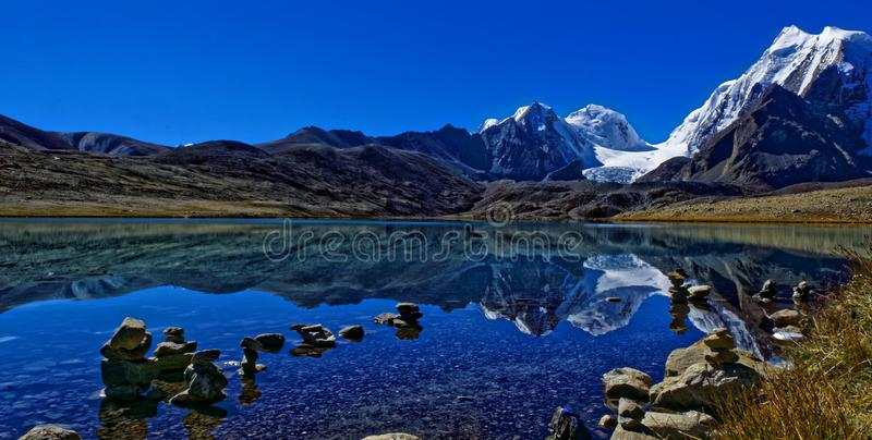 Lac isolé, Gurudongmar, région de l'Himalaya photo stock