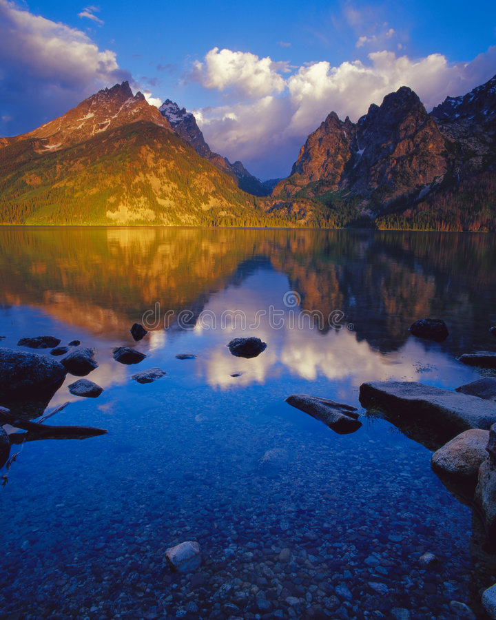 Lac jenny au lever de soleil photographie stock