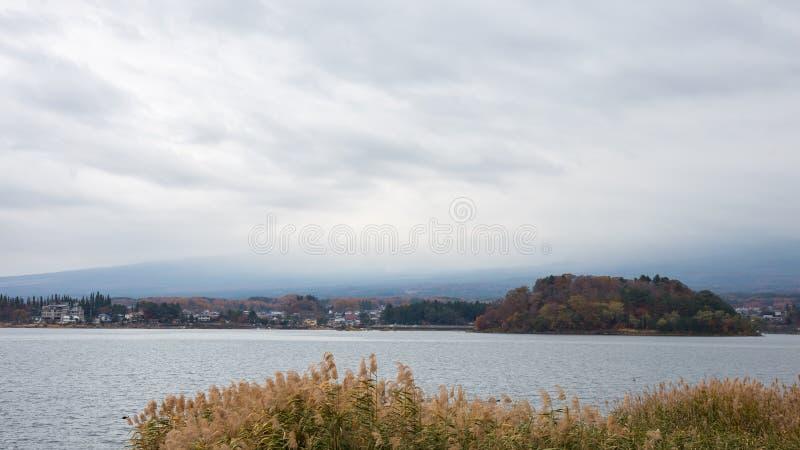 Lac Kawaguchiko chez le Japon en mauvais temps avec la nébulosité Mt montagne de Fuji San photographie stock