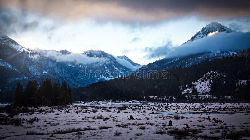 Lac Keechelus et chaîne de montagne de cascade images libres de droits