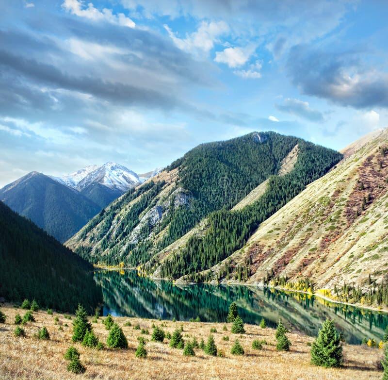 Lac Kolsai mountain dans Kazakhstan photos stock