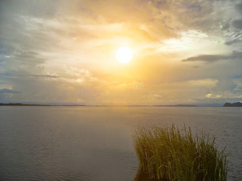 Lac le soir photographie stock libre de droits