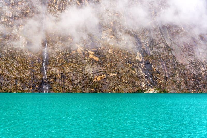 Lac Llanganuco au Pérou photo stock