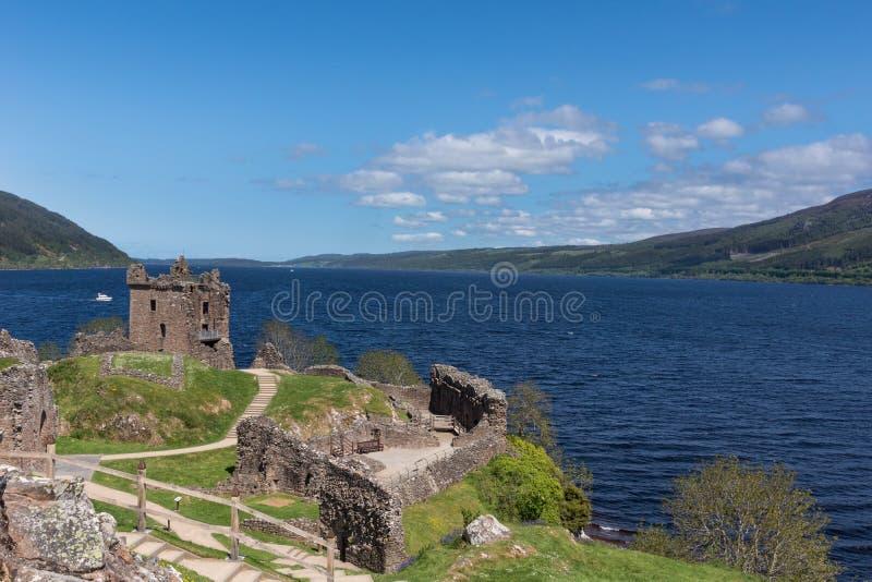 Lac Loch Ness avec les ruines du château d'Urquhart images stock