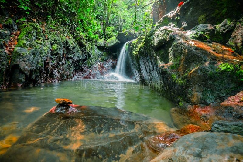 Lac magique avec petit waterfal lNorth Sumatra, Indonésie images libres de droits