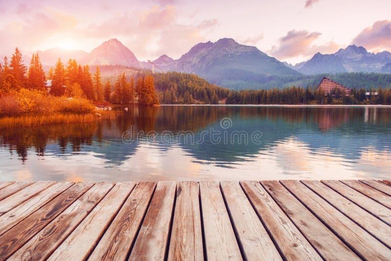 Lac majestueux de montagne en parc national haut Tatra Strbske Pleso, Slovaquie, l'Europe image stock