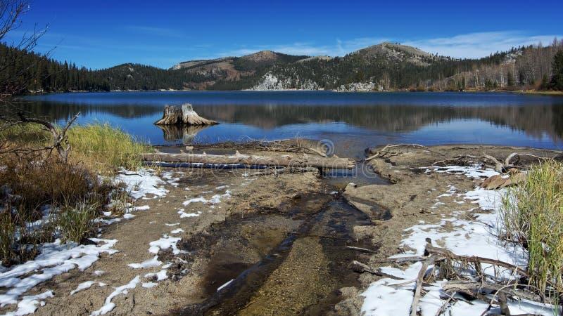 Lac Marlette pendant l'automne après la première chute de neige images stock
