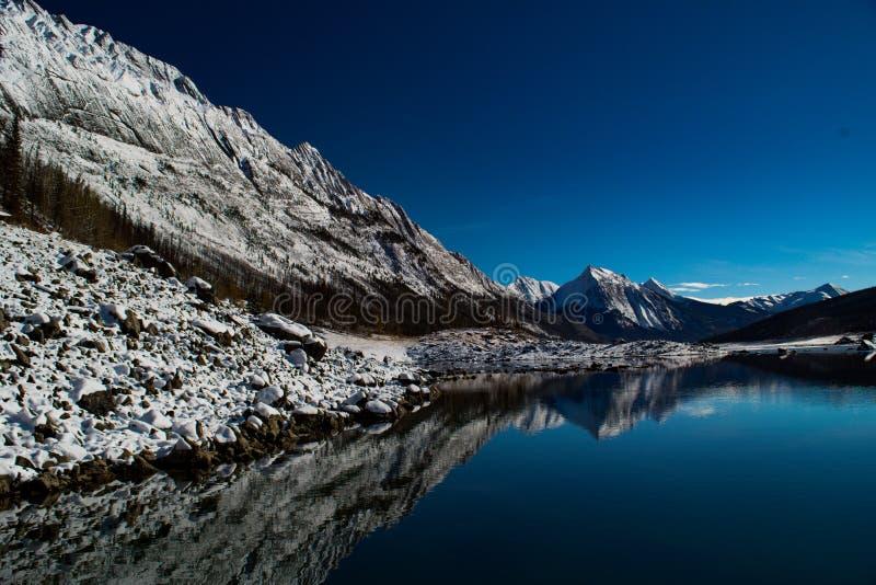Lac medicine et Canadien les Rocheuses en Jasper National Park image libre de droits