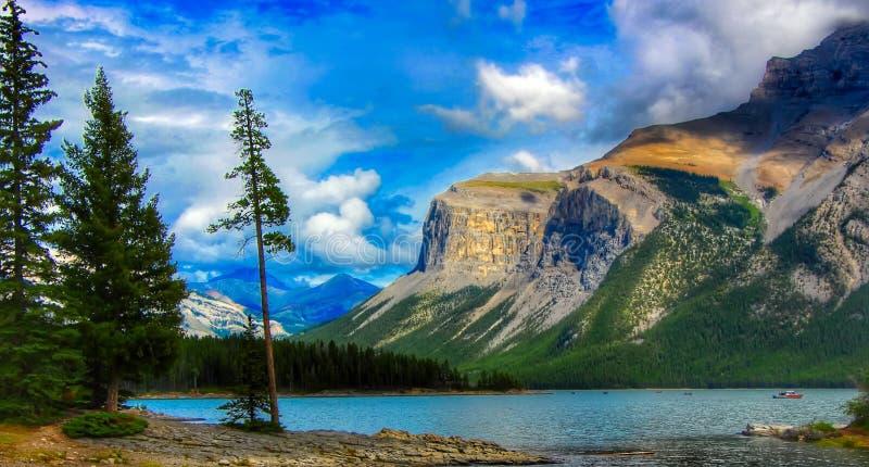 Lac Minnewanka en parc national de Banff images stock