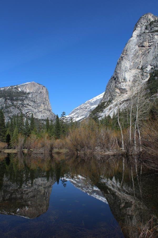 Lac mirror en stationnement national de Yosemite image libre de droits