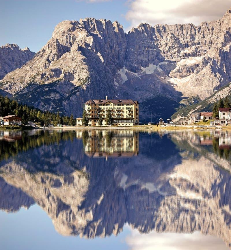 Lac Misurina avec l'hôtel photographie stock libre de droits