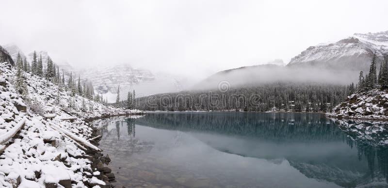 Lac moraine après un saupoudrage de neige fraîche photos libres de droits
