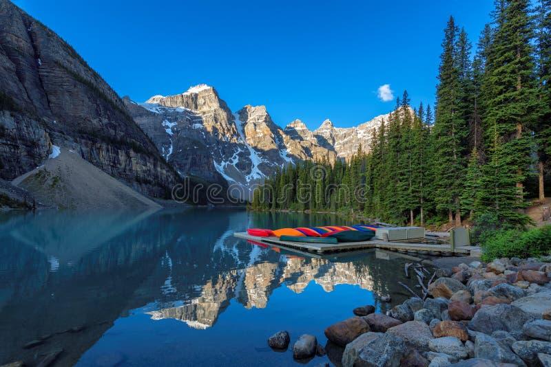Lac moraine au lever de soleil, Canada photographie stock libre de droits
