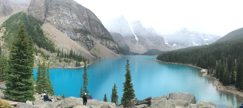 Lac moraine dans l'eau de turquoise des Rocheuses de Canadien photo stock