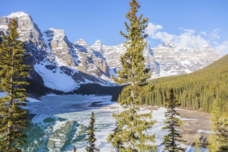 Lac moraine en stationnement national de Banff image stock