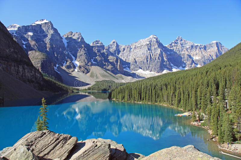Lac moraine entouré par Mountains photo libre de droits
