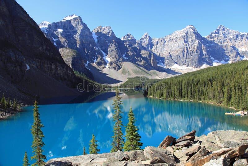 Lac moraine entouré par Mountains image libre de droits