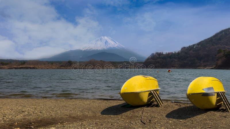 Lac Motosu, un lac vert avec deux kayaks jaunes sur le rivage image libre de droits