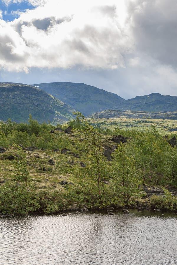 Lac mountain dans le paysage de la région polaire photographie stock