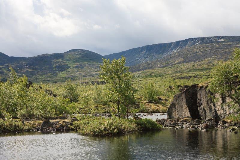 Lac mountain dans le paysage de la région polaire photos stock