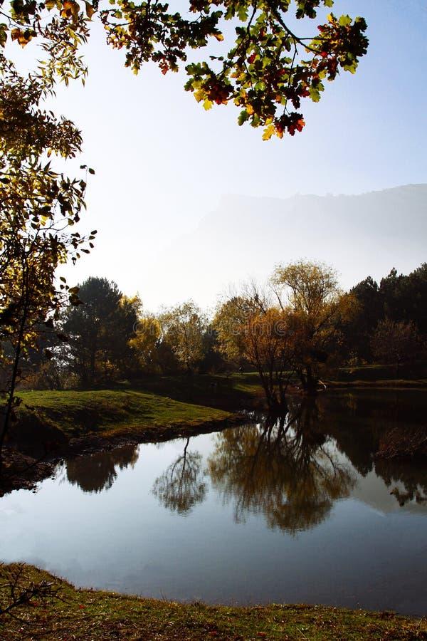 Lac mountain en automne Nature criméenne en automne photos libres de droits